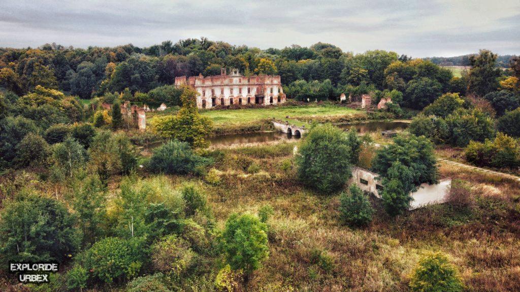 dohn, dwór dohnów, mazury, opuszczony dwór, opuszczony dworek, opuszczony pałac, opuszczony pałac mazury, opuszczony pałac polska, pałac dochnów, pałac dohnów, pałac rodu dohnów, pałace na mazurach, ruiny pałacu, ruiny pałacu dohnów, urbex, urbex mazury, warmińsko-mazurskie, zabytek, zabytki