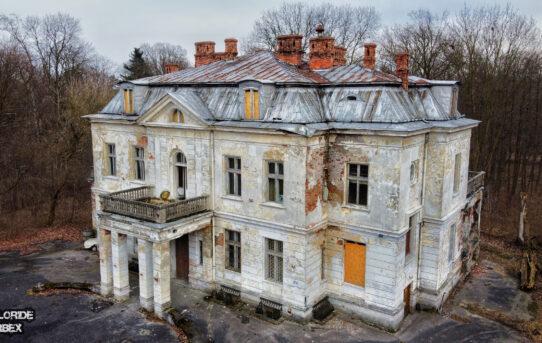 Opuszczony pałac eklektyczny z XVIII wieku