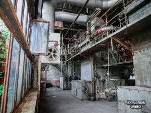 opuszczona kotłownia, zabytkowa kotłownia sulejówek, kotłownia wojskowa, urbex, industrial, opuszczona fabryka, opuszczona fabryka z wyposażeniem, ze sprzętem (1)